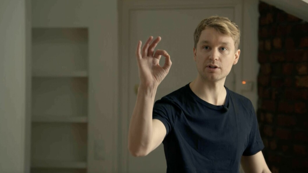 Björn Gustafsson gör OK-tecken för att visa hur nöjd han är med sin nya lägenhet.