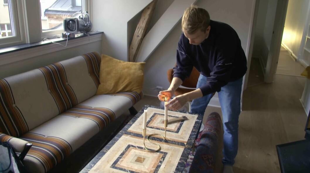 Björn Gustafsson flyttar in sina möbler på nedervåningen.