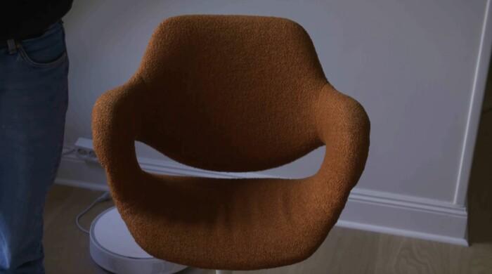 Roströd stol som är köpt på auktion.