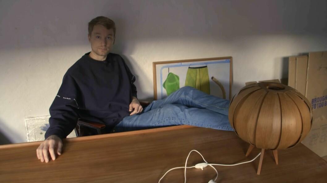 Björn sitter vid skrivbordet och känner in rummet.