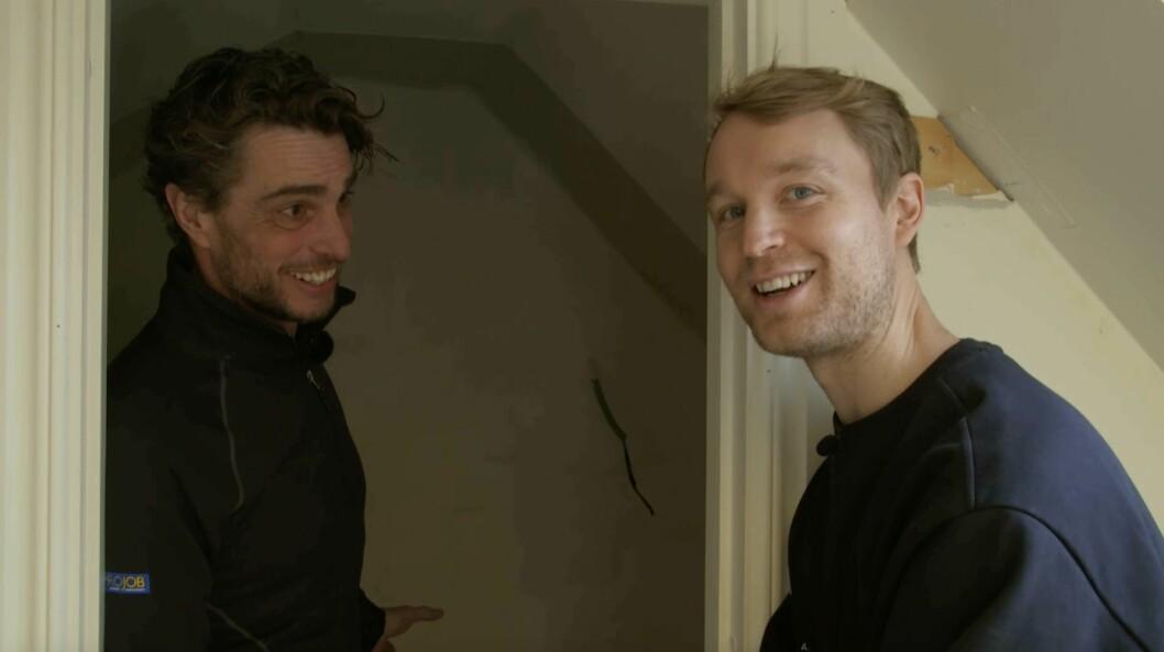 Björn ser nöjd ut efter att Anders gratulerat honom.