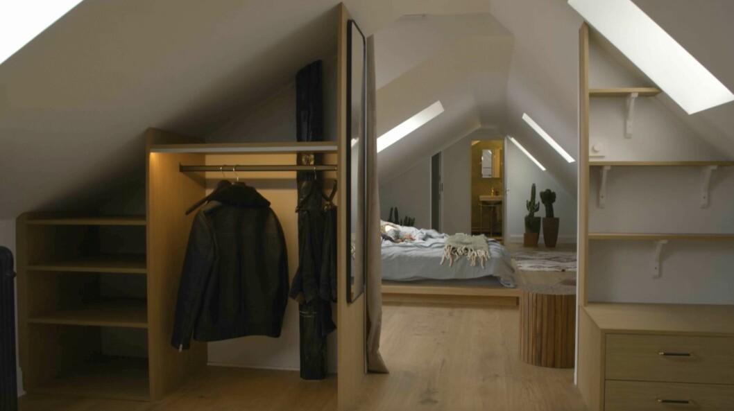 Platsbyggda garderober i klädkammaren.