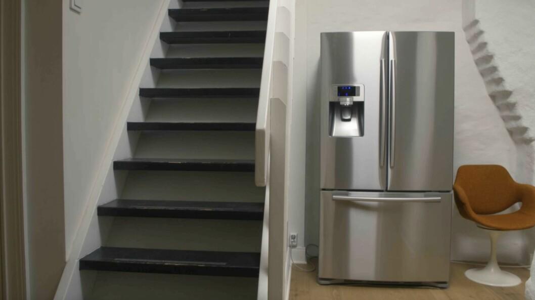 Trappa till övervåningen. Kylskåpet står på nedre plan till höger om trappen.