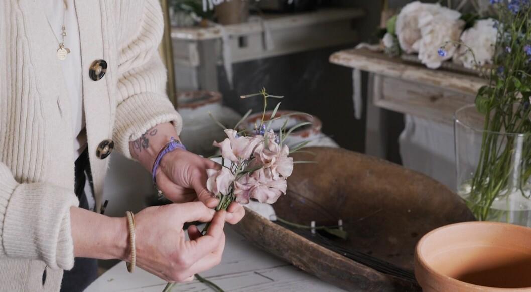 Steg 9 - fortsätt varva dina blommor tills din midsommarkrans är klar.