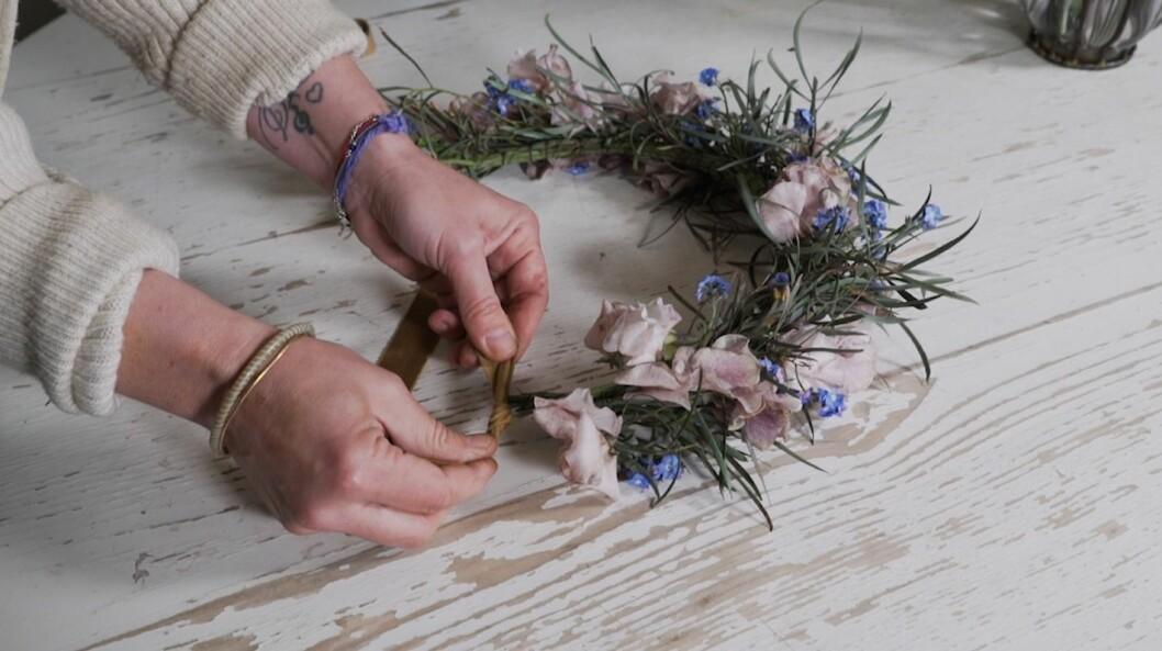 Så lyckas du med midsommarkransen – här är floristens bästa tips!