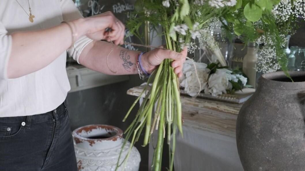 Snitta blommor med kniv.