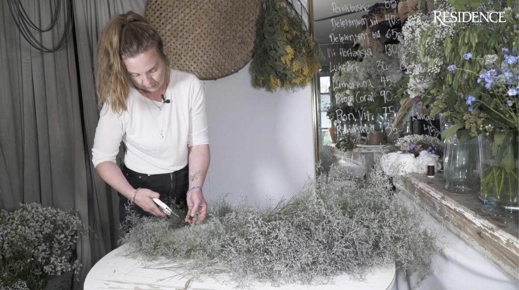 Om du jobbar med färska blommor kan du styra och forma dem som du vill, så att de torkar snyggt.