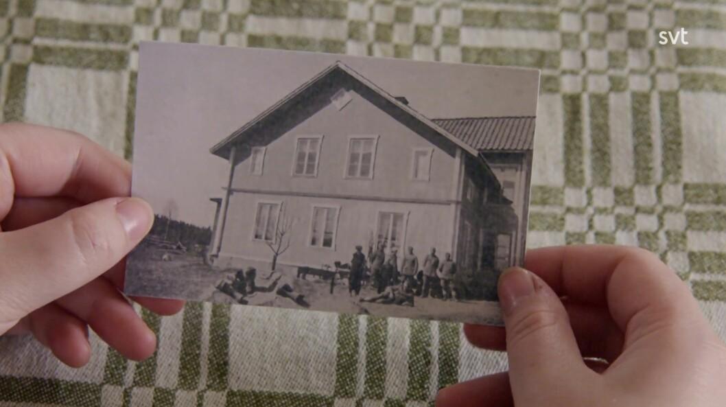 Die Bilder der Soldaten vor dem Haus.
