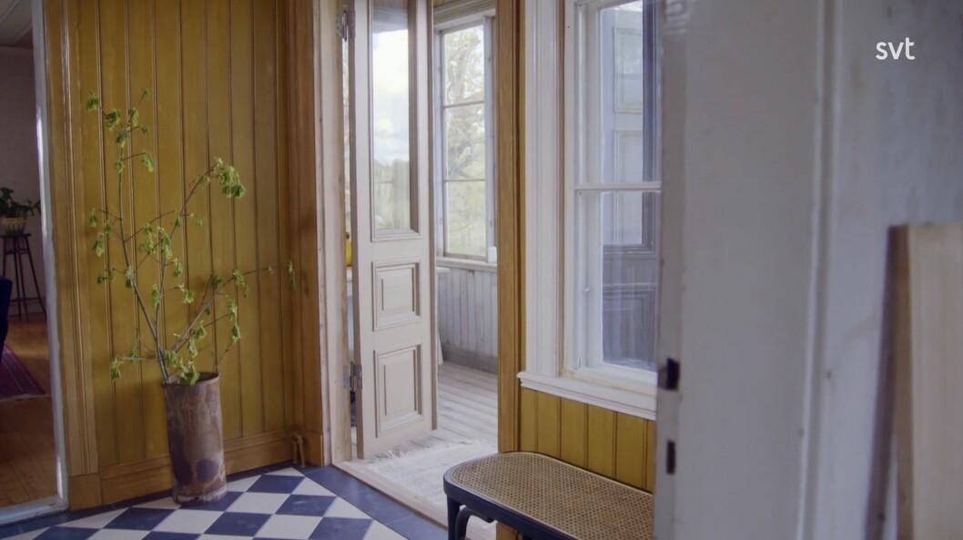 Der Flur nach Erika half dem Paar, die Details des Zimmers nachzubilden.  Emilia und Johan geben an, dass es ein Meilenstein ist, da es das erste Zimmer im Haus ist, das fertiggestellt wird.