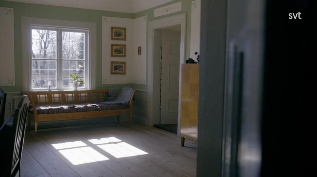 I ett av rummen har paret målat schabloner i vacker färg.