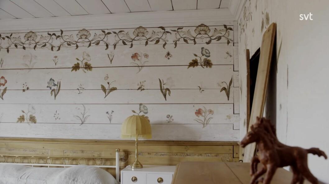Unika handmålade blommor på väggarna.