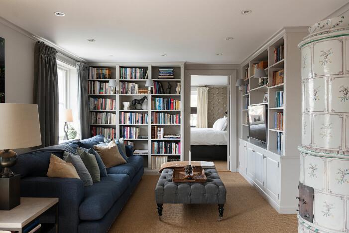 Gård till salu för 55 miljoner kronor, bokhylla
