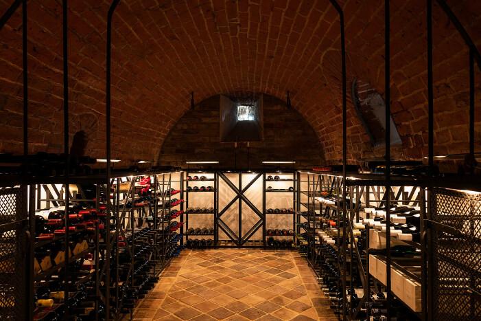 Gård till salu för 55 miljoner kronor, vinkällare