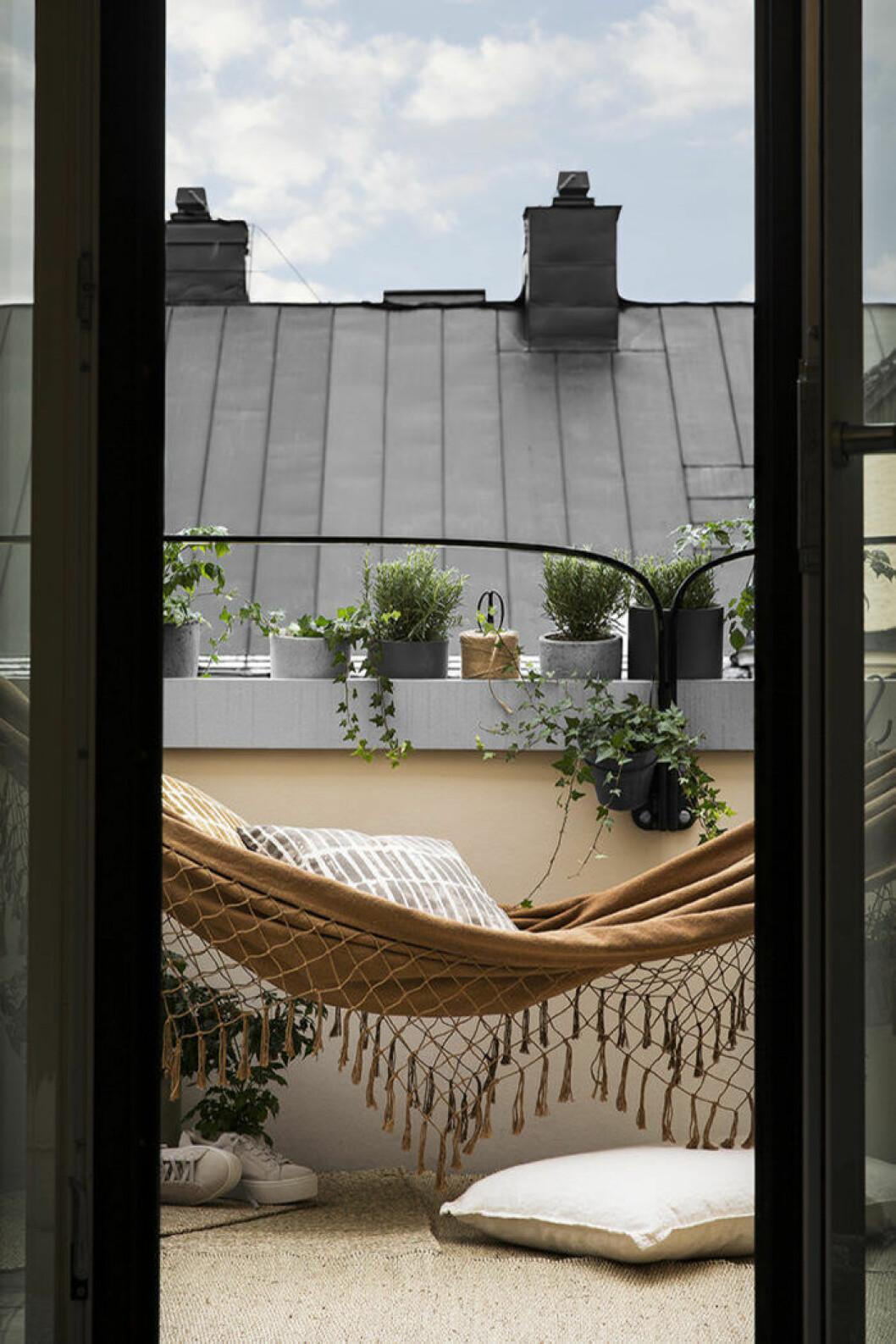 Inred snyggt på balkongen genom att tänka på alla nivåer –från golv till tak