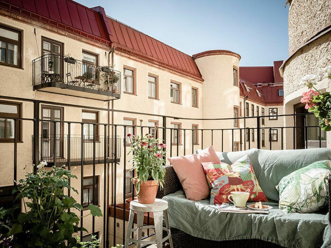 En mysig balkong med textilier och en stämningsfull oas