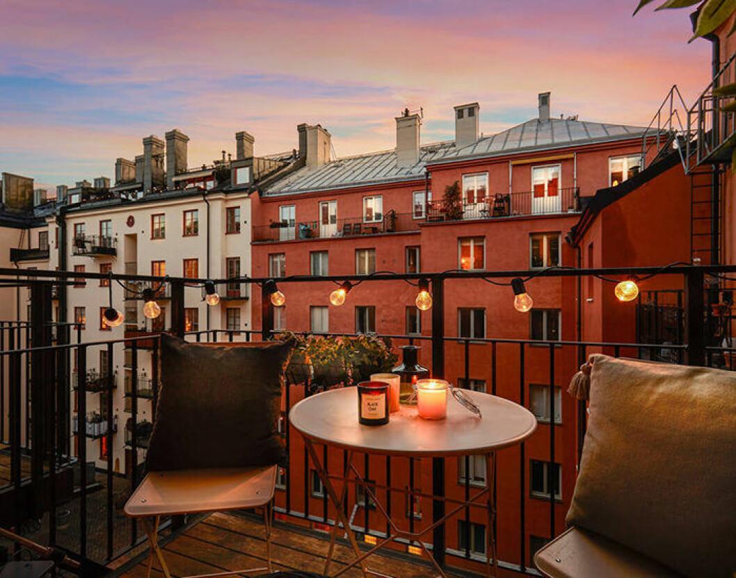 Mysig balkong med ljusslinga och levande ljus