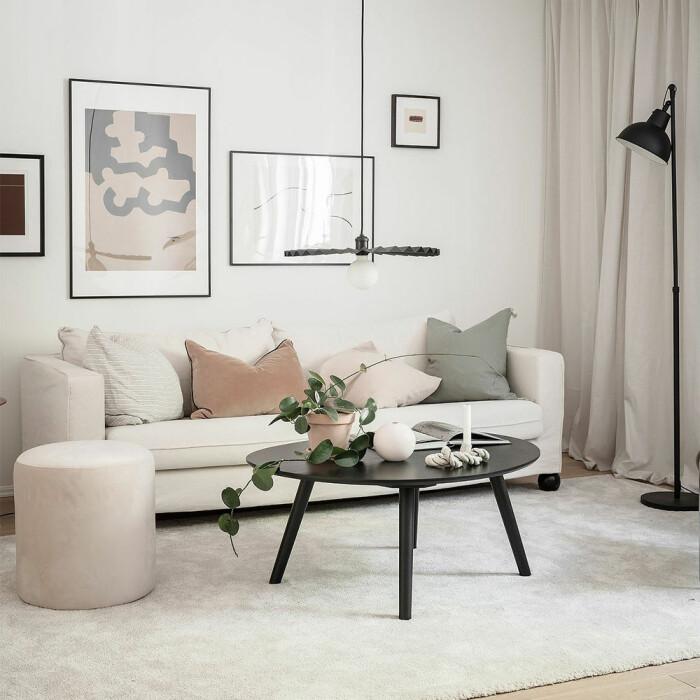 stilfullt soffbord i beige vardagsrum