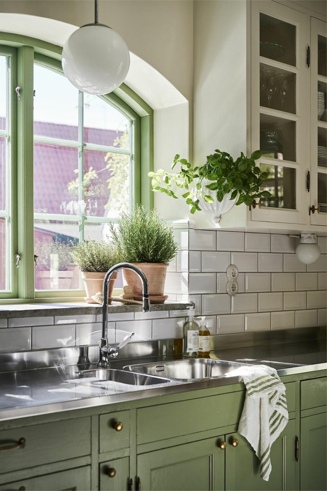 Vackert grönt kök i lantlig stil