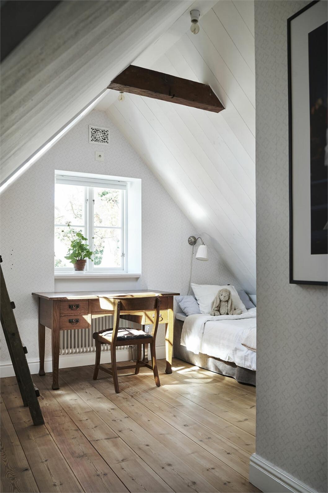 sovrum med arbetsplats vid fönster