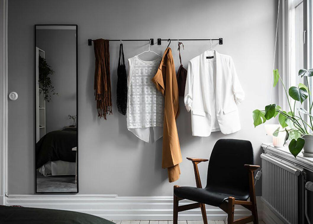 Fåtölj i sovrummet i skandinavisk inredningsstil