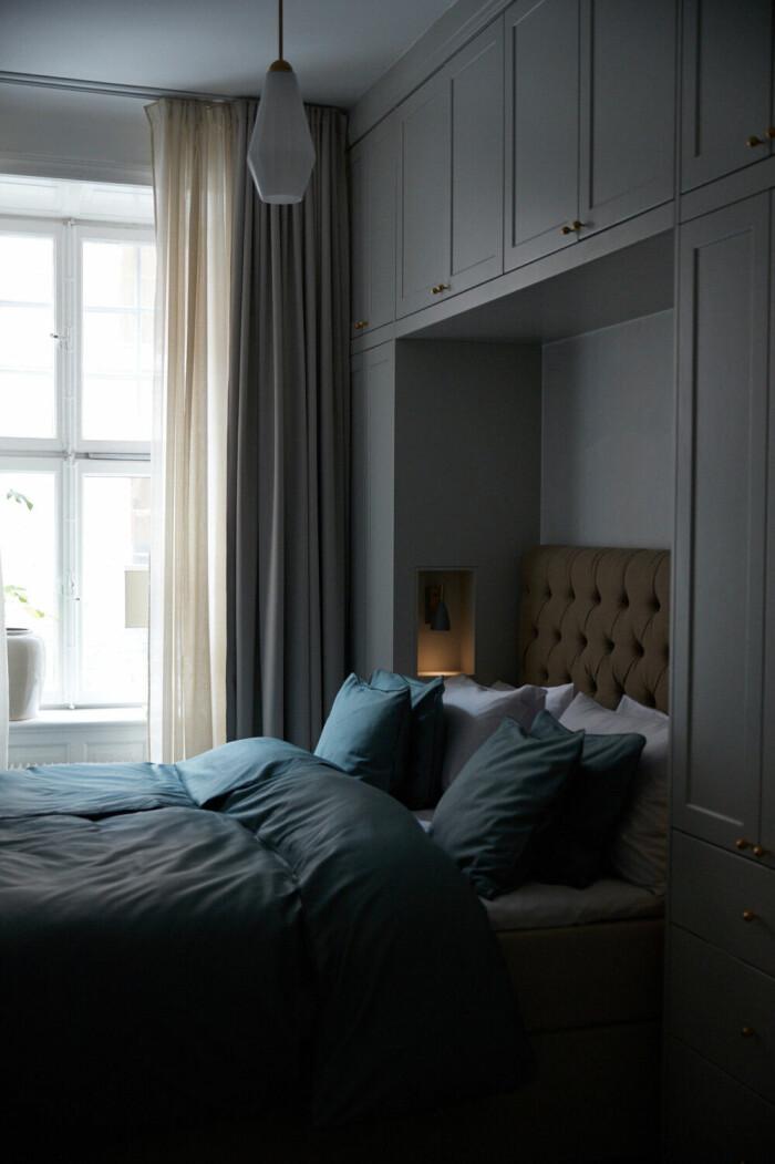 sovrum med elegant garderob byggd runt sängen från Birch and Wood