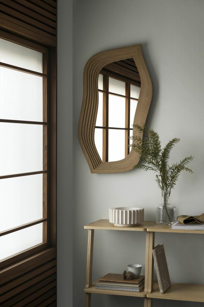 Spegel med ram i trä