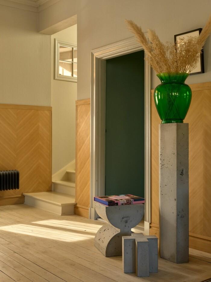 Stationshuset i Ösmo är till salu med magisk inredning hallen trendig betong