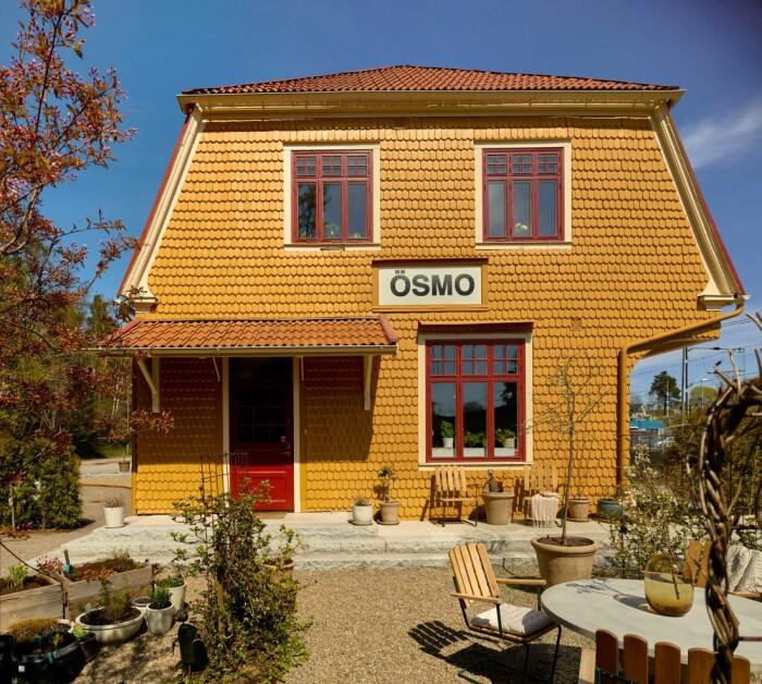 Stationshuset i Ösmo är till salu fasad med gul fjällpanel