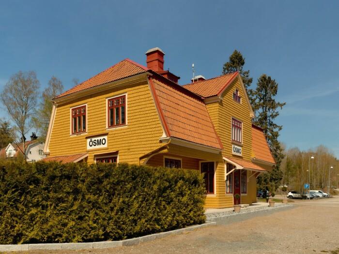 Stationshuset i Ösmo är till salu fasaden trädgård