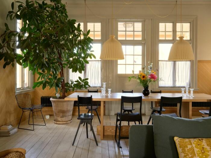 Stationshuset i Ösmo är till salu med magisk inredning matsalen fikusträd