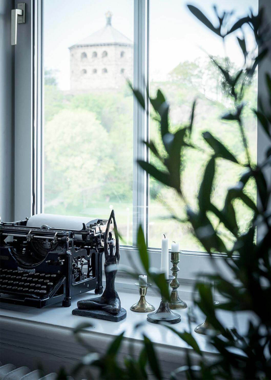 Styla fönstren med ett stilleben – här med gammal skrivmaskin