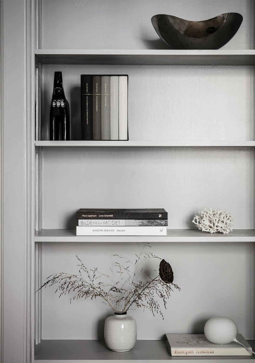 Konstnärligt stilleben i bokhylla
