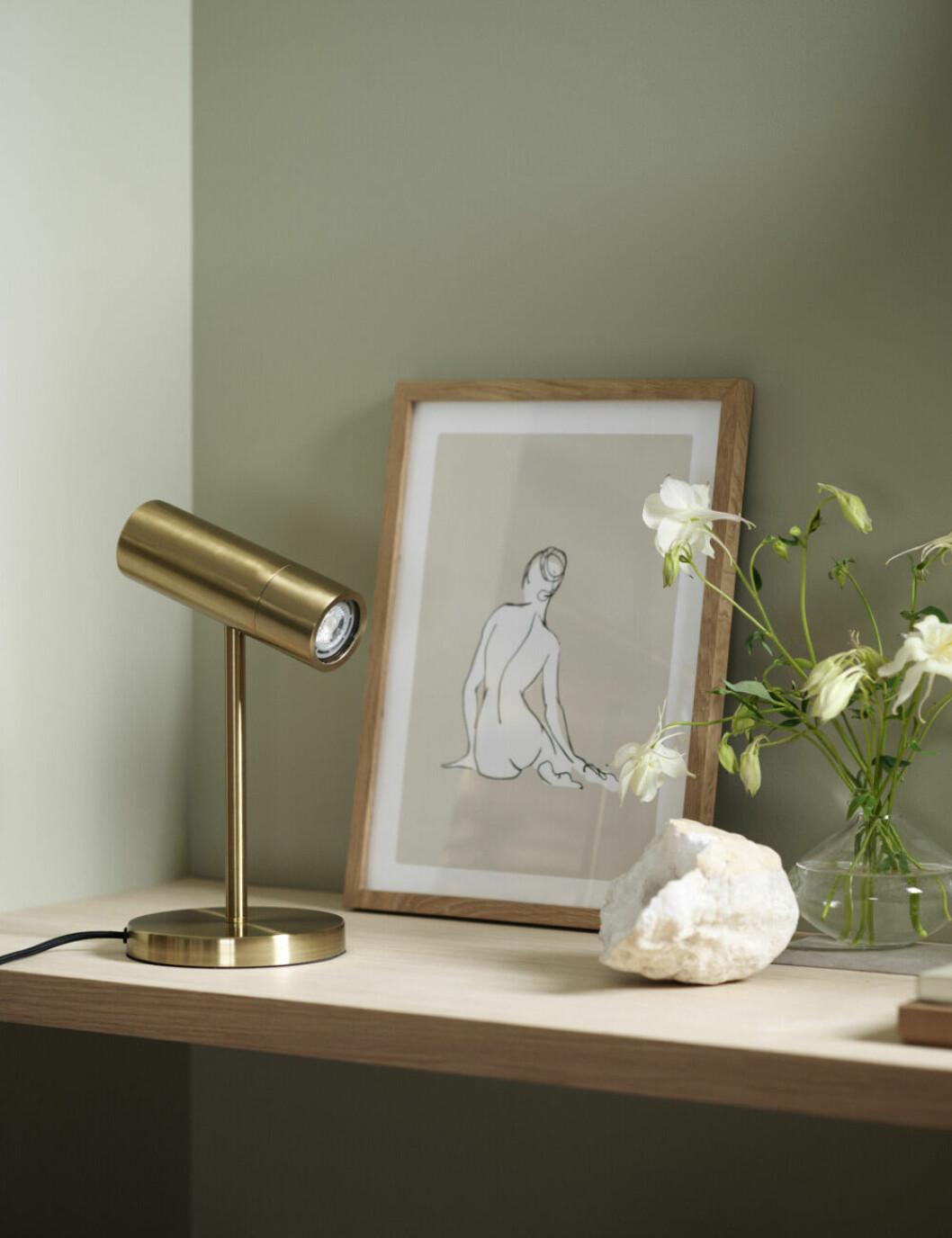 Stilleben med tavla, lampa och detaljer från H&M Home
