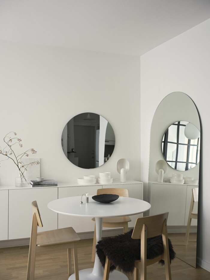 Stora speglar med runda former hemma hos Simon Strömstedt