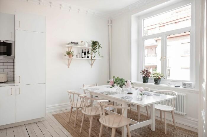 Matplats i vitt, beige och ljust trä med blommor och växter i skandinavisk stil