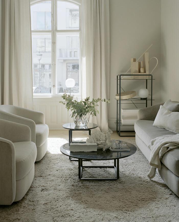 två runda soffbord med stilleben och kvistar