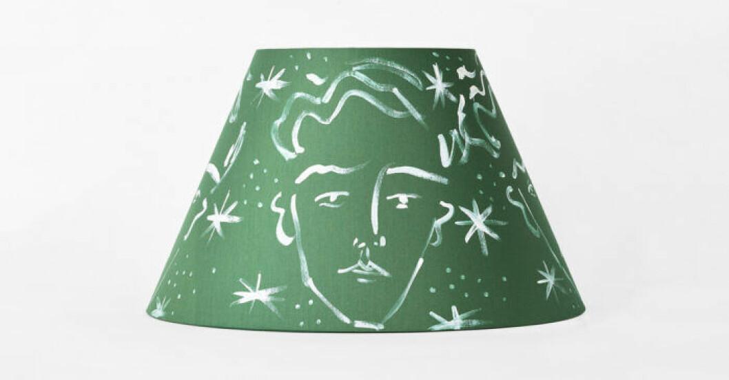 Grön lampskärm av Luke Edward Hall för Svenskt tenn