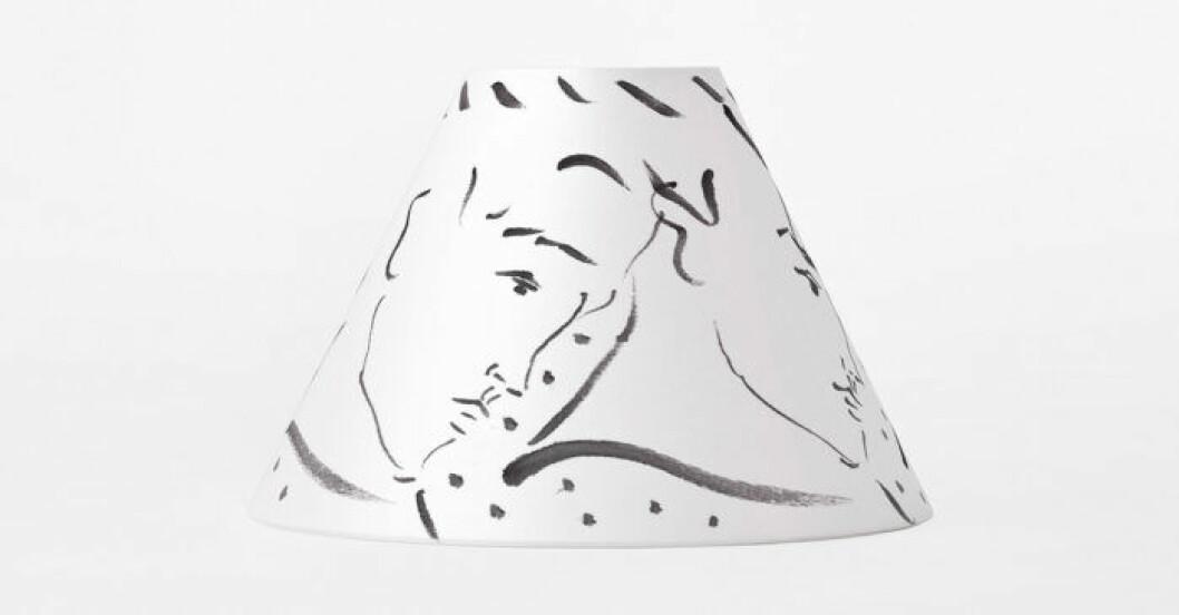 Vit lamskärm i design av Luke Edward Hall för Svenskt tenn