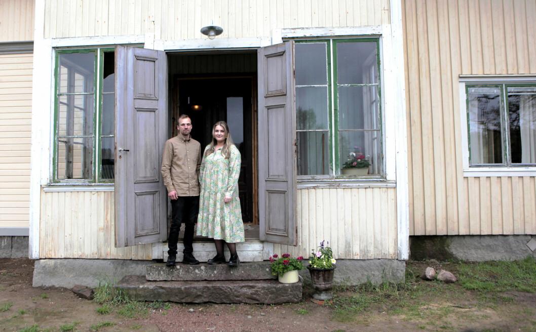 Johan und Emilia vor ihrer Villa aus der Jahrhundertwende.