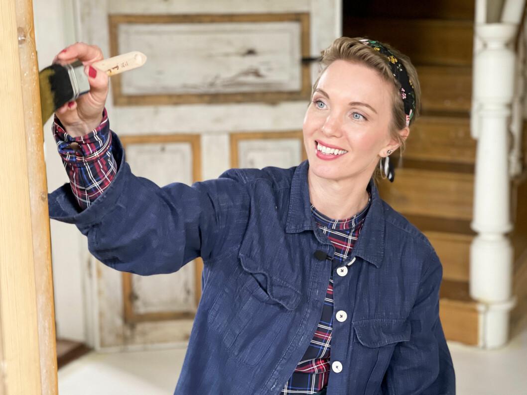 Erika malt die Leisten in der gleichen Farbe wie das schöne Perlmutt.