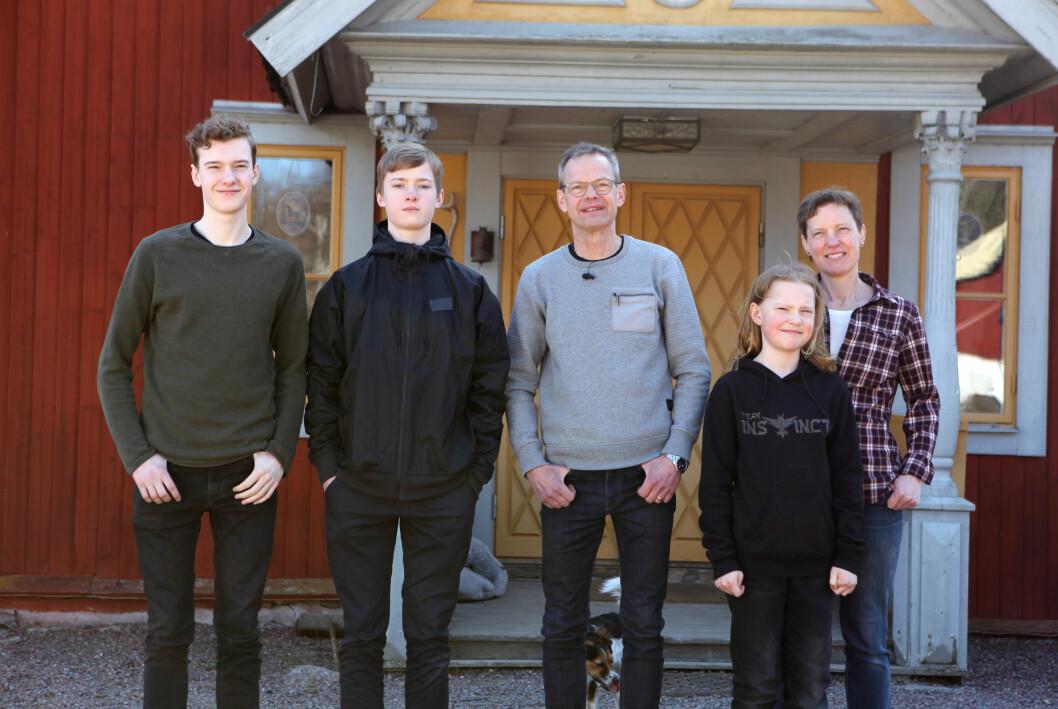 Mats och Anna med sina tre söner Kasper, Love och Vide.