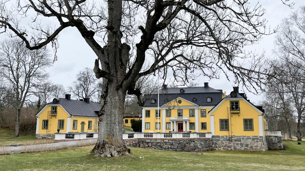 Skebobruks pampigaste byggnad är den pampiga gula herrgården.