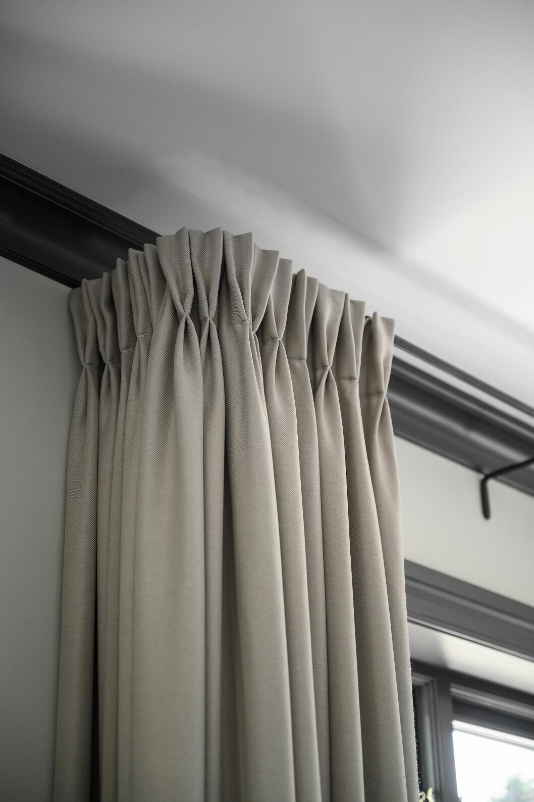 Sydda gardiner med tulpanveck hemma hos Camilla Läckberg.