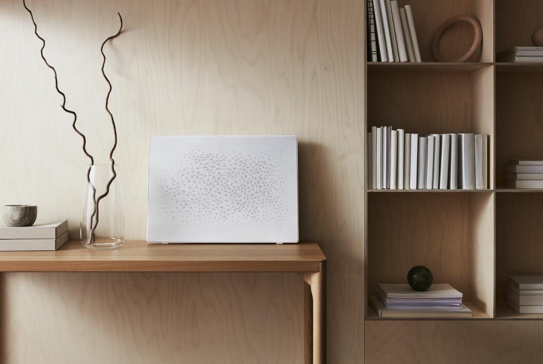 IKEA Symfonisk Tavelram med vit front står på bord.