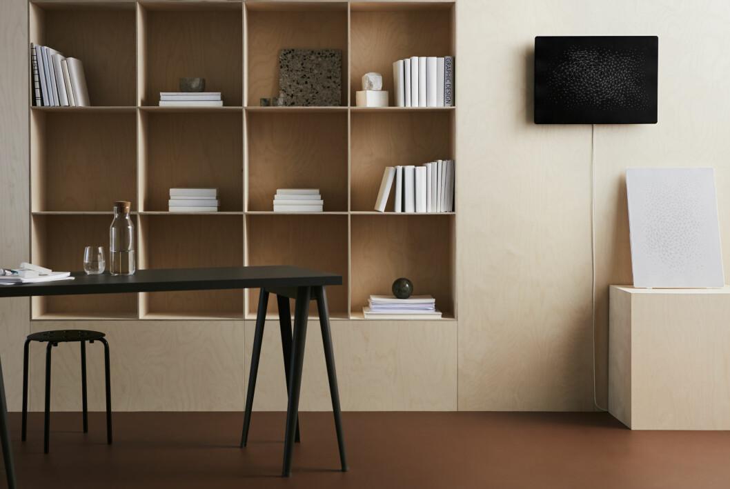 IKEA Symfonisk Tavelram med svart front hänger på väggen.