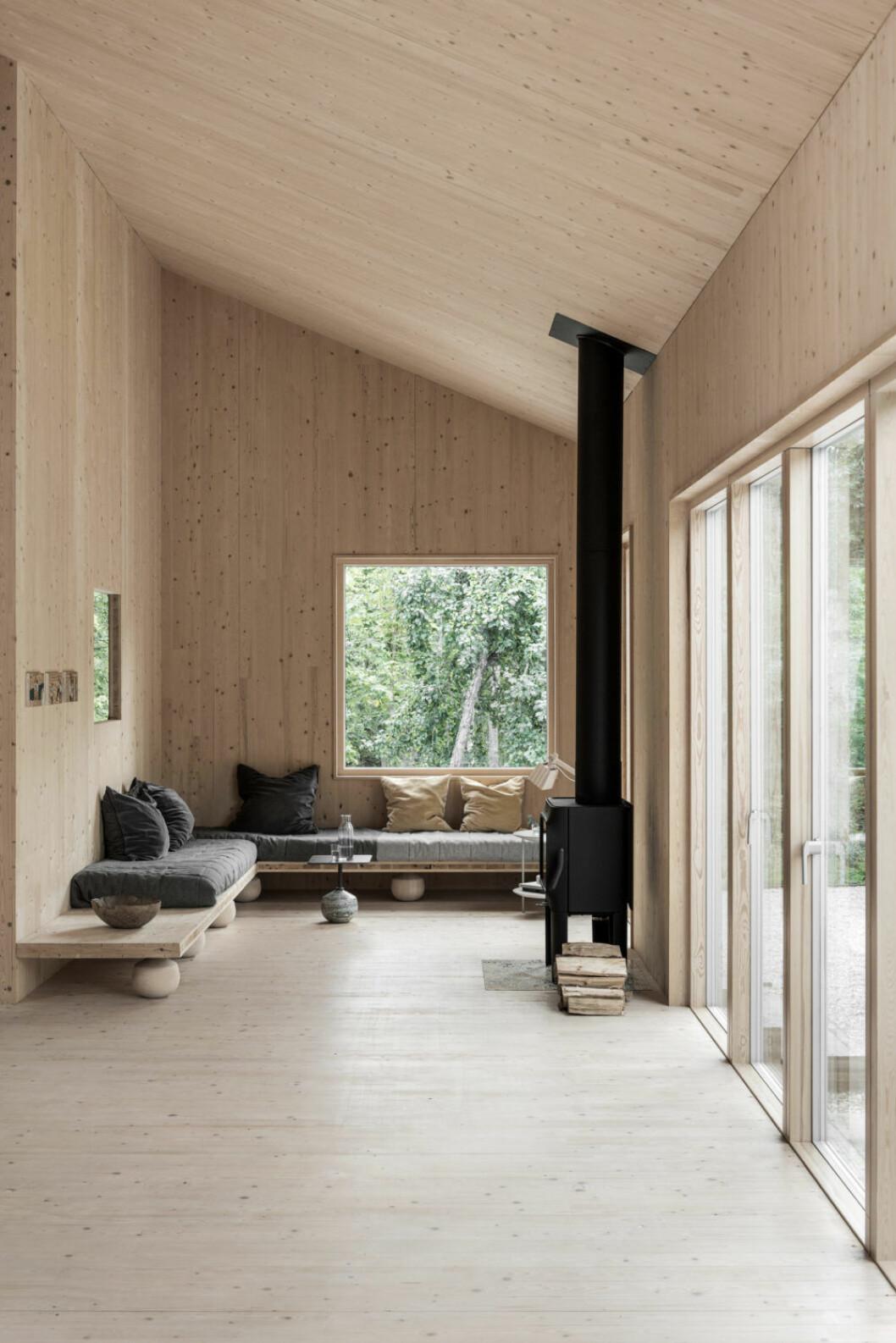 Väggfast inredning spar plats och gör stugan lättstädat. Stugan är ritat av Gabriella Gustafson, TAF Studio.