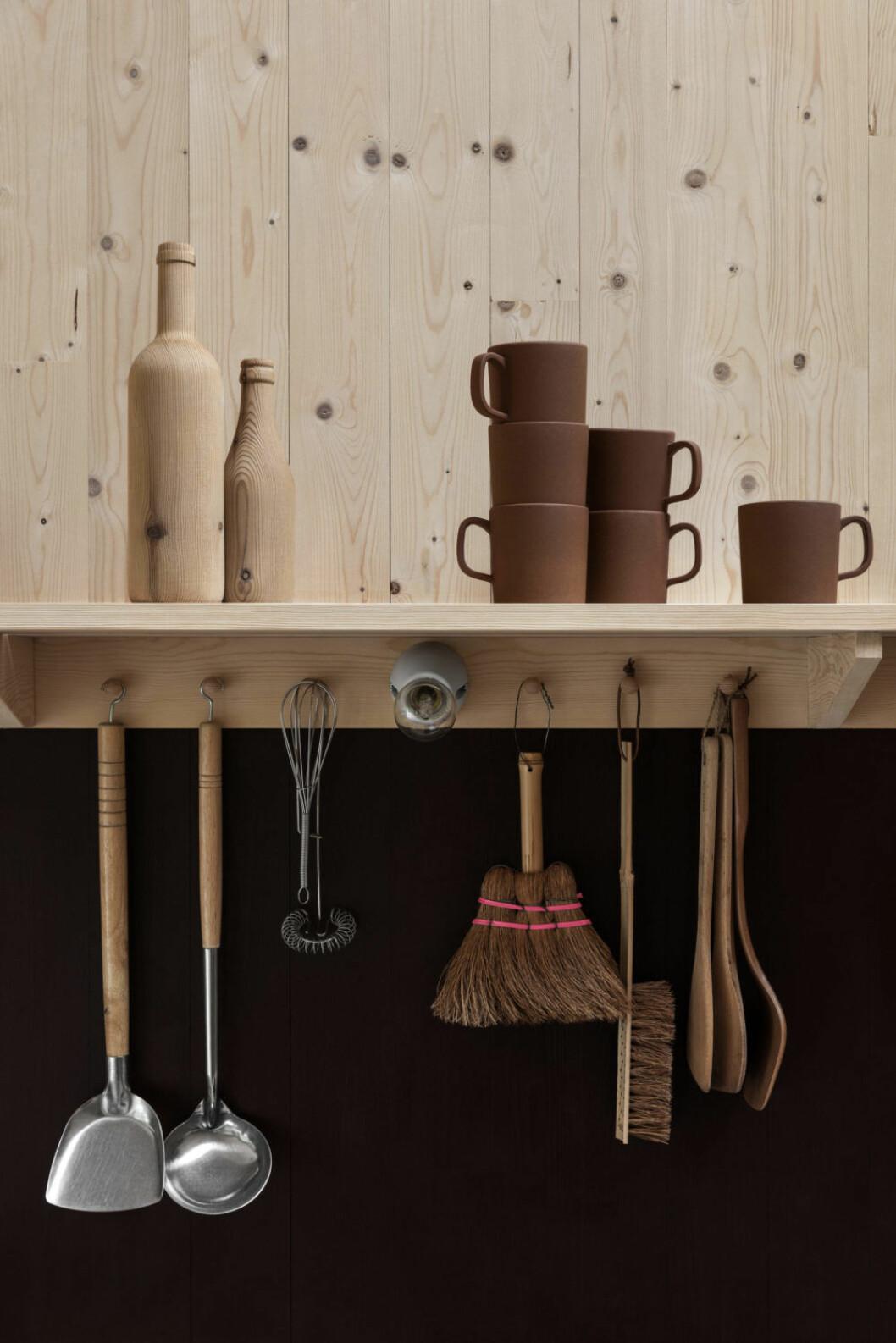Stilleben med köksprylar i sommarstuga i plywood. Foto Erik Lefvander, styling Annaleena Leino Karlsson
