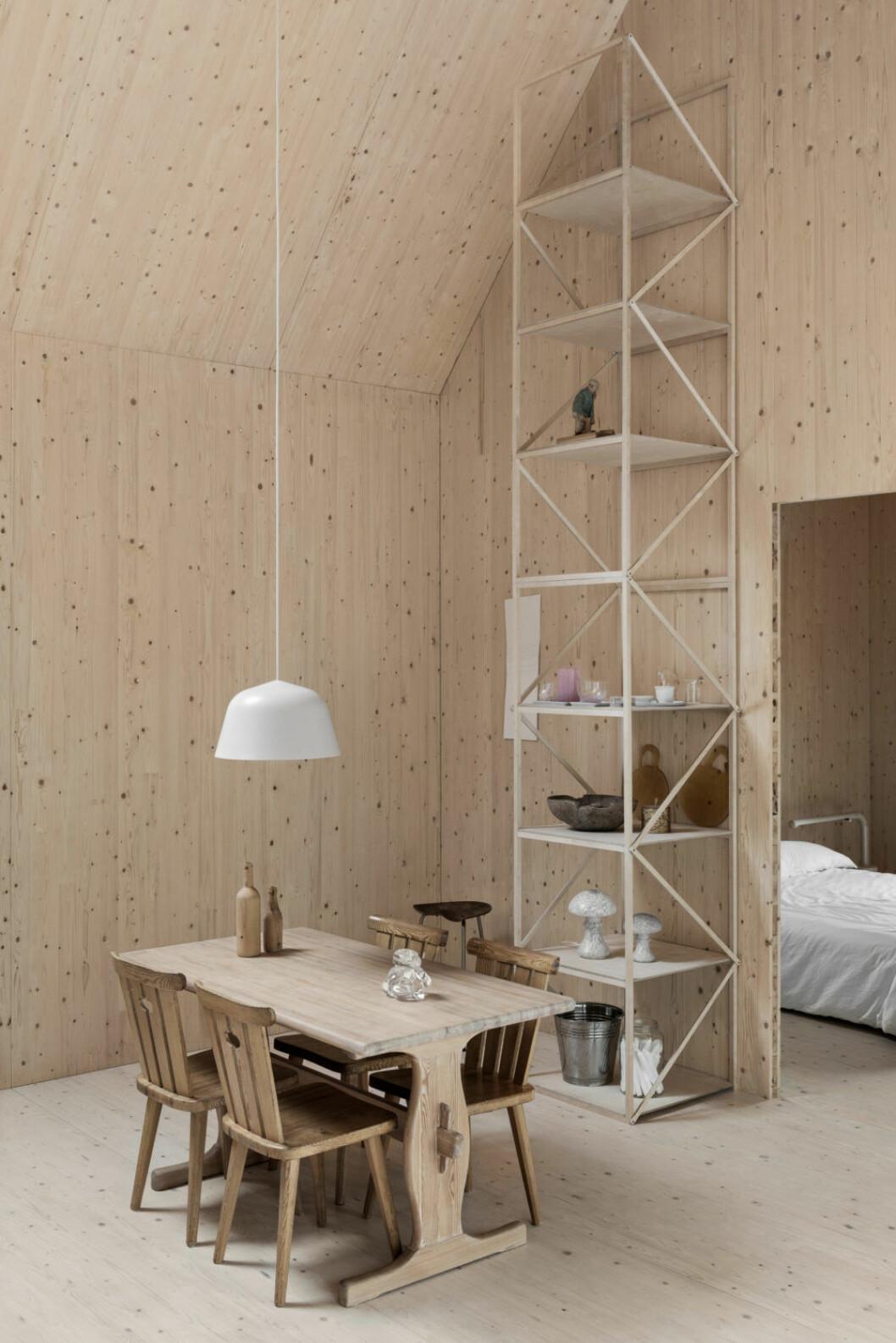 Hylla från en utställningsarkitektur. Lampa Ambit, TAF studio för Muuto.Foto Erik Lefvander, styling Annaleena Leino Karlsson