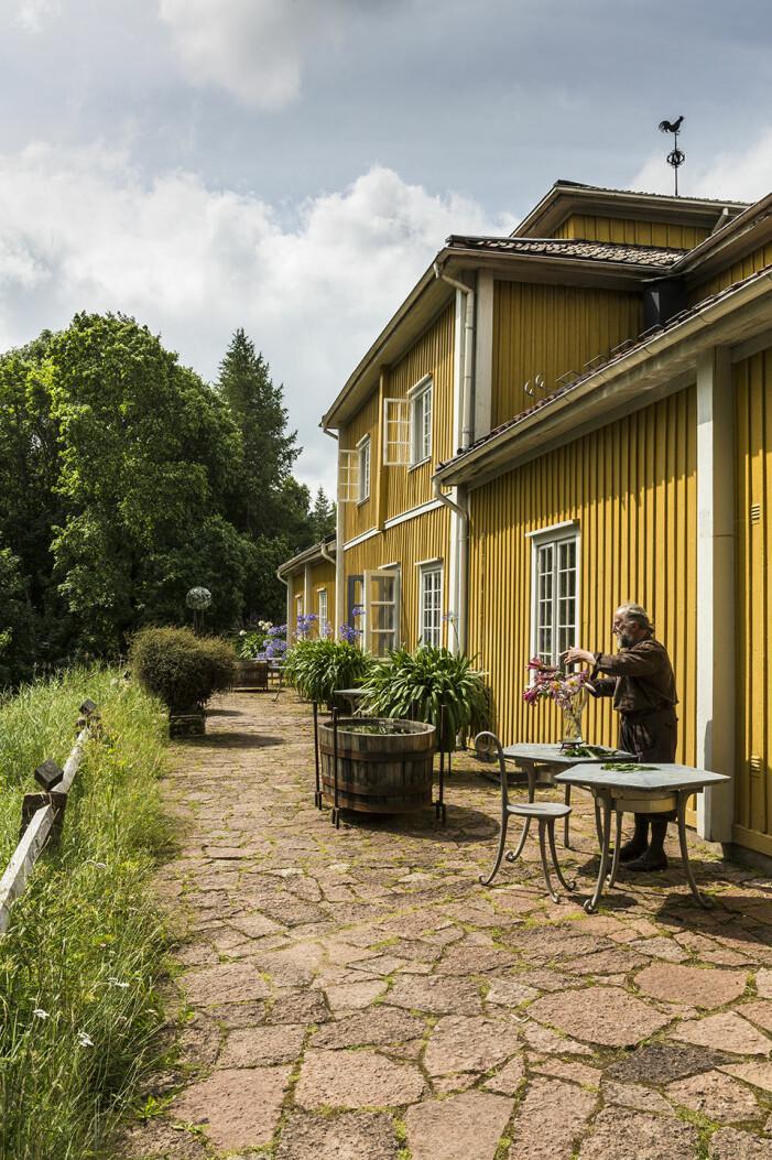 Tage Andersens Gunillaberg är till salu. Trädgården bjuder på buxbom och grusade gångar. Och mängder med liljor.