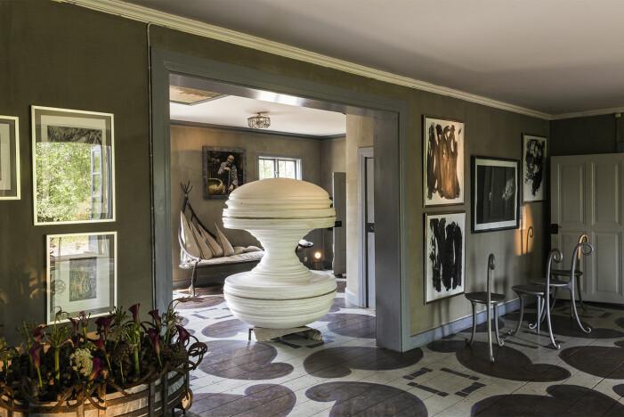Tage Andersens Gunillaberg är till salu. Inredning med mycket konst.